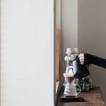 ペーパードリップの際には、ドリッパーに「ハリオ」のV60。本格的なドリップの味を楽しめるハリオV60は、世界中のバリスタから愛され、海外のカフェでも使用されています。ネルドリップのようにゆっくり抽出できるので、コーヒーの旨みを最大限に引き出せるのが特徴。シンプルな波型のデザインもオシャレ。