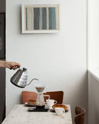 お湯を沸かす時に使用しているのは「ハリオ」V60パワーケトル・ヴォーノ。便利な温度調節機能付きで、60~96°の範囲で湯温を1°単位で設定できます。ドリップでは湯温がコーヒーの味に大きく影響するため、自分好みの温度に設定できるのは嬉しいですよね。機能的でオシャレなケトルなら、毎日コーヒーを淹れるのが楽しくなりそう!