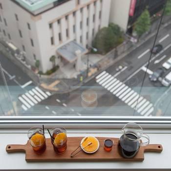 これからの季節にぴったりの、美味しいコーヒーも教えていただきました♪見た目はオシャレなのに作り方はとっても簡単!さっぱりした口当たりなので、夏のおもてなしにぜひおすすめです。  『アイスオレンジコーヒー』 〈材料〉 ・濃い目に淹れたコーヒー3~4杯分 ・オレンジ1個 ・ガムシロップ適量(コーヒーの酸味を引き立てます)