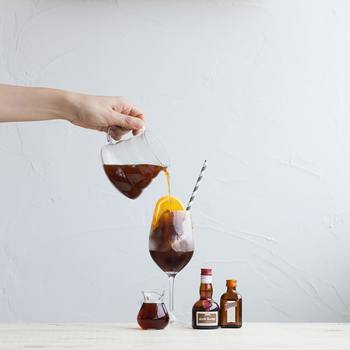 〈作り方〉 ・オレンジの皮をむいて輪切りにする。 ・グラスに注いだコーヒーにスライスしたオレンジを入れて、(汁を絞らずに)オレンジをくるくるかき混ぜて完成! ほんの少しシロップを加えると、オレンジの風味がさらに引き立ちます。お好みでオレンジリキュールを足しても◎。ぜひお試しあれ♪