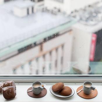 『元町 香炉庵のどら焼き』  こちらは横浜元町にある和菓子屋さん「香炉庵」の黒糖どら焼きです。沖縄県産の黒糖を練りこんだ生地と、北海道産の粒あんを使用したお店の看板商品。濃いコーヒーやカフェオレと相性抜群です♪