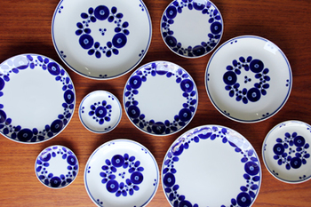 ブルームシリーズは花が器をの周りを彩る「リース」と中央にまとまっている「ブーケ」の2種類あります。サイズも小皿から大きなディナープレート、ボウル、などもあり豊富。他にもティーカップやティーポット、バターケースもあります。揃えるのが楽しみになりますね。