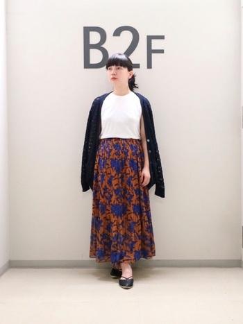 ブラウン×ブルーがつくり出すシックな花柄ロングスカート。他のアイテムをモノトーンでまとめると、大人っぽい雰囲気を活かすことができます。