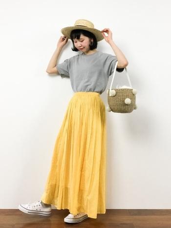 ビビッドなイエローのスカートが主役の夏らしさ全開コーデ。他のアイテムや白やグレーなど優しい色合いで全体をまとめるのがポイントです。