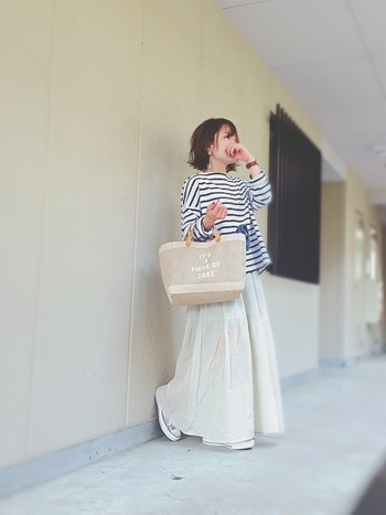 ゆるさが魅力のビッグシルエットのボーダートップスは、あえてスカートにインせずにふんわり感を強調。自然素材のバッグで軽やかさを意識した春コーデです♪
