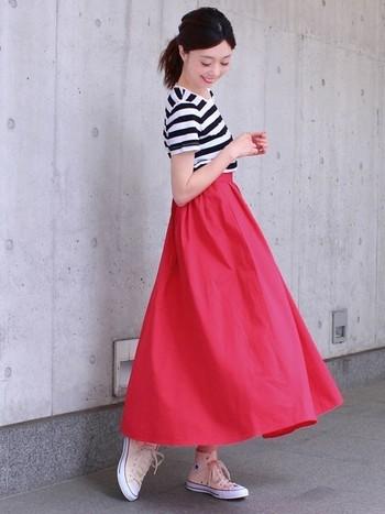 ふんわり感が可愛らしいフレアスカートも、ロング丈なら大人っぽさもプラス。鮮やかなピンクも、スカートなら挑戦しやすい◎