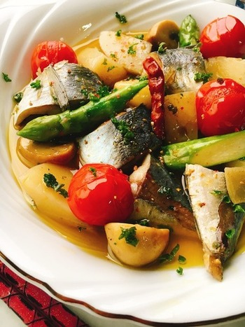 アジと野菜がうまく絡み合ったオイル煮。カラフルな色合いでワインも楽しめそうです。