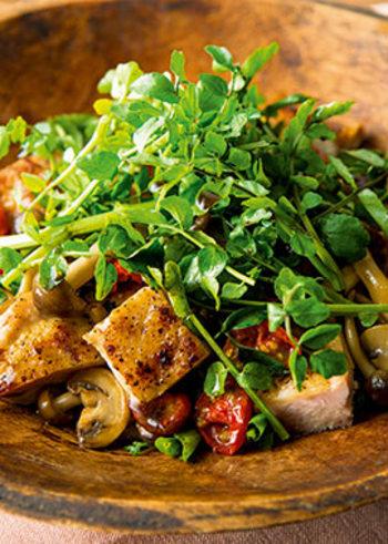 見た目もオシャレなグリルチキンとクレソンのサラダ。家族や友人たちと囲むランチにぴったりの一皿です。