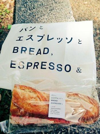 小包装されるパンも都会的な印象。食べる前に写真におさめたくなります。