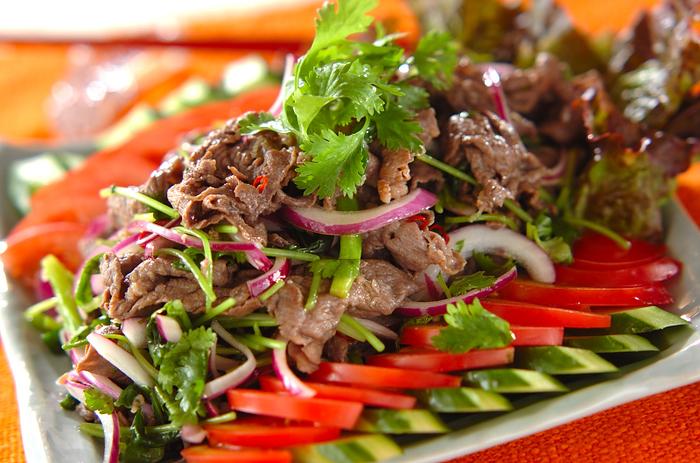牛肉を使ったアジアンテイストのサラダ。ピリッと辛い赤唐辛子とレモンの酸味は、暑い日にもぴったりです♪