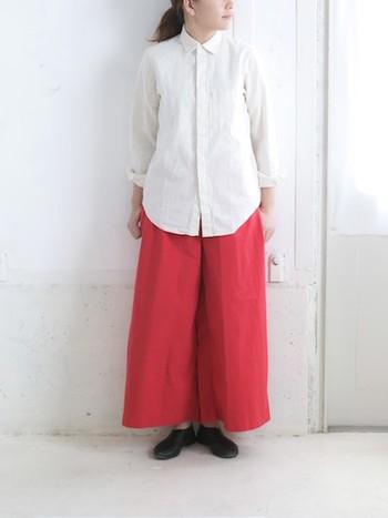 トレンドのワイドパンツをトレンドカラーで。 白シャツと合わせたシンプルコーデは靴の黒で引き締めて◎