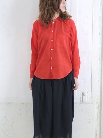 シンプルな中にこそ光る自分らしさ。 ノーカラーシャツで首元に個性を。