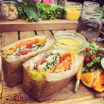 ノースショアの定番人気は、野菜がたっぷり入ったサンドイッチ。チキンやシュリンプなど種類は様々で、ボリューム満点の食べ応えも人気のヒミツ。