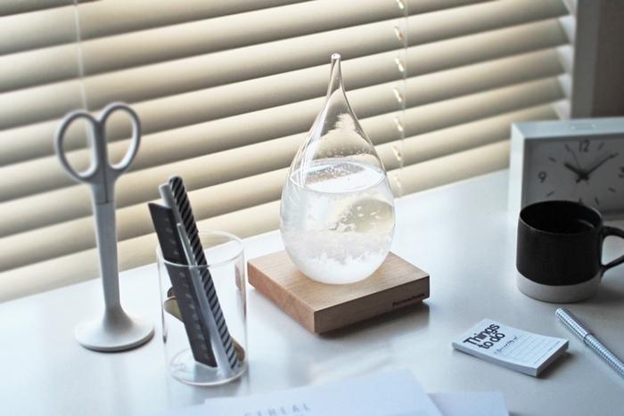 天候によってガラスの中に結晶が生まれるオブジェ、「Tempo Drop(テンポドロップ)」。天然樟脳やエタノールで満たされた液体に、白い羽のようなふわふわが漂う様子は、眺めているだけで癒されます。