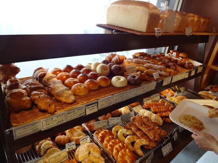 「まん福ベーカリー」の魅力は、豊富な種類とお手頃な価格。付近に住む方々が朝食やおやつとして通うのはもちろん、サラリーマンやOLさんたちがランチを買いにくる、街に根付いたパン屋さんです。