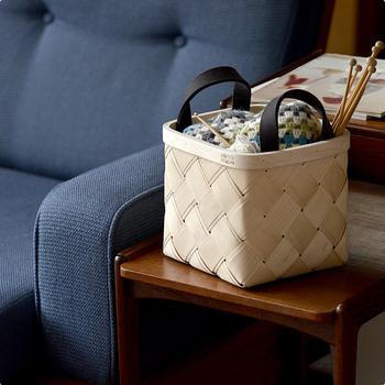 編みかけの編み物を入れる小物入れとして。 取っ手つきで持ち運びができるのが便利ですね。