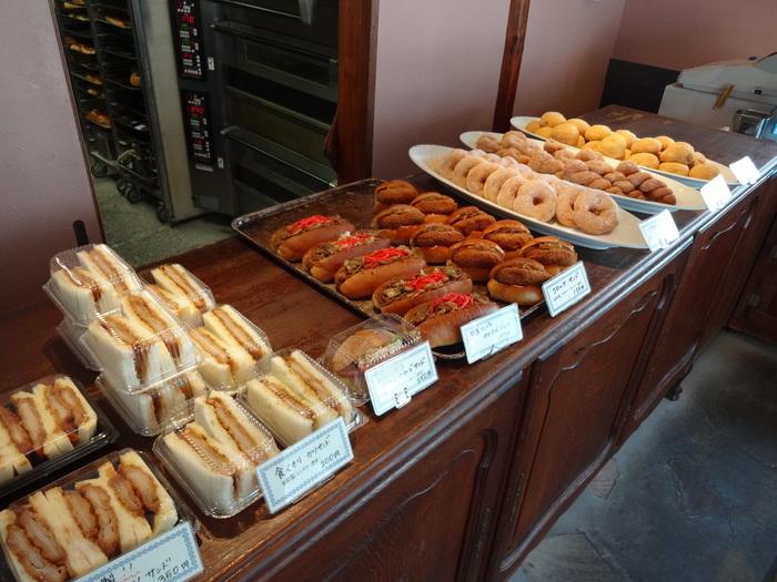 ハード系のパンの他、焼きそばパンやサンドイッチなどのおかずパンも豊富。おやつにぴったりのドーナツも人気です。