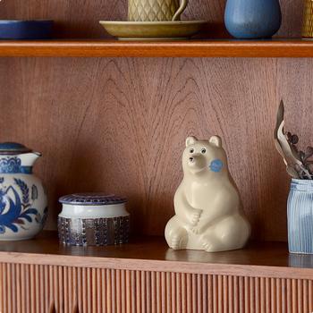 ちょこんと座った姿が愛らしい白くまの貯金箱。プラスチック製ながらまるで陶器のような質感なので、オブジェとして棚に並べても。お気に入りのカップや小物入れと共に飾るのも素敵ですね。