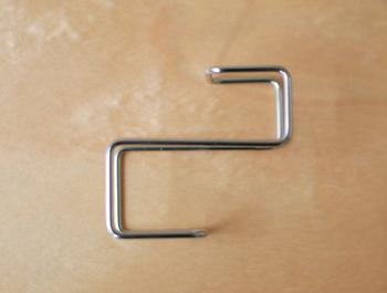 S字フックとは違い。2本で支えるのでグラつきません。ドアを傷つけずにフックを装着することができます。