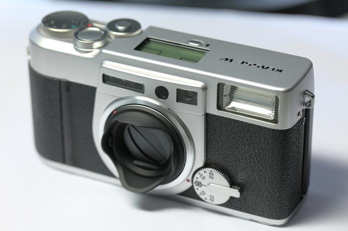 KLASSE(クラッセ)とはドイツ語で「エリート、トップクラス」という意味。 ダイヤル一つで絞り優先オート、マニュアルフォーカス、AEブラケティングが簡単に設定できる高性能なフィルムカメラです。