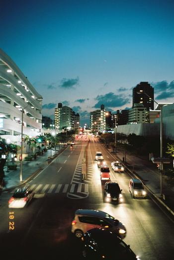 ゆっくりと夜に移り変わる街の美しい灯り。 なんでもない日常の風景もドラマチックに切り取ってくれます。