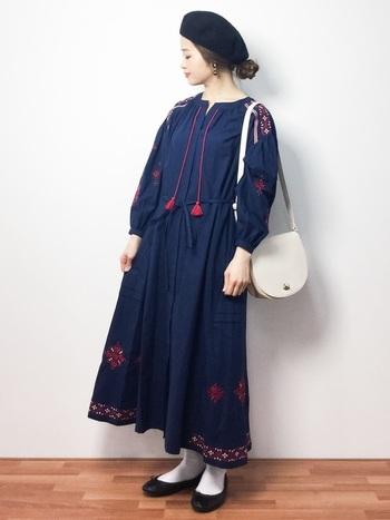 ネイビーのワンピースは裾部分をぐるっと囲んだ刺繍とところどころのポイント刺繍がとっても素敵♡