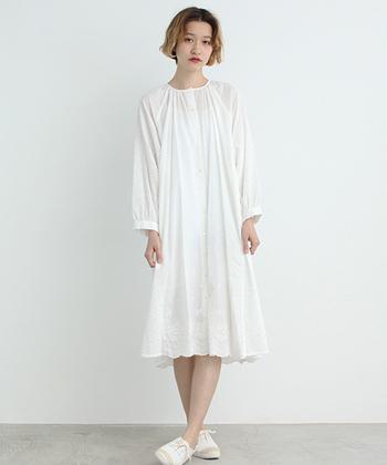 Tシャツ&デニムの上に羽織ってもOKなワンピースは、立体的な刺繍が素敵♪ 独特な風合いとナチュラルな印象が大人女子にピッタリ♪