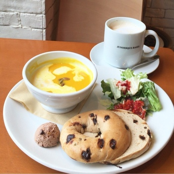 ベーグルとスープ、サラダでヘルシーランチはいかがですか?特におすすめなのが、自由が丘本店でしか味わえないヘルシーかつボリューミーなサンドイッチプレート!お子様には、ミニベーグル&いちごジャムに、フライドポテト、ドリンクがついたキッズプレートもあるんです。他にも期間限定のメニューがたくさんあるので、来るたびに楽しめますね。