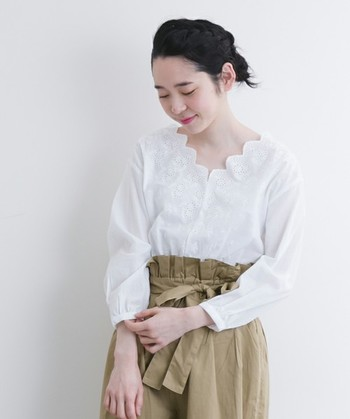 合わせやすい白の刺繍トップスなら、デニム、チノパン、スカート…。どんなコーデも完成させやすいので最初の一枚にはおすすめです。