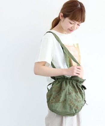 カーキバッグ×鳥の刺繍がナチュラルな雰囲気を醸し出している素敵バッグは、大人のカジュアルによく似合います♪
