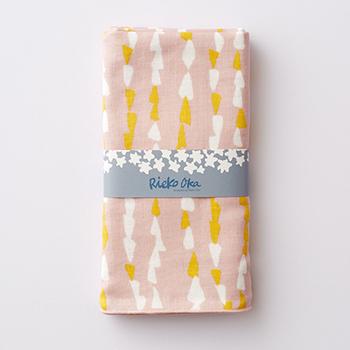 北海道在住の模様作家である岡理恵子氏がデザインしたガーゼ素材の手ぬぐいは、二重に織り上げたガーゼ素材に、繊維を揉みほぐしているので、やわらかで使い心地も抜群の仕上がりに。