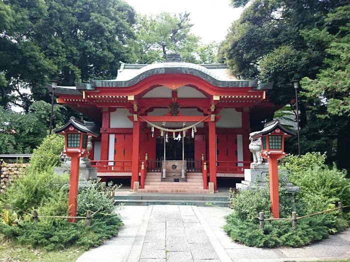 東急東横線自由が丘駅から徒歩5分、鎌倉時代に熊野大社の分霊を勧請して創建された熊野神社も、お散歩コースに良いですよ。お洒落なお店が並ぶ通りから、少し歩くと歴史の重みを感じるすてきな神社があるんです。静かで休憩にぴったりですね。お子様にもおすすめな可愛いお守りもあります!