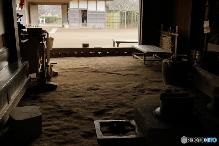 土間?! 土間と聞いて思い浮かべるのは、そう。昔の日本家屋には必ずといいほどあった玄関を入ったところにある、作業場。 杵や臼がおいてあったり、ご飯を炊く釜戸があったり。でも、そんな日本独特の「土間」というスペース、やっぱりよくできていた!