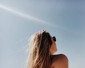 実はそれ、紫外線による頭皮と髪の傷みが原因かもしれません! お肌の紫外線対策はしっかりしているのに、髪と頭皮の紫外線対策を怠っている人、実は多いんです!  綺麗な髪を保つために必要な紫外線対策についてご紹介します。