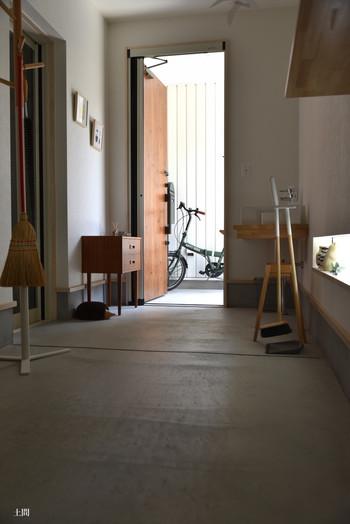 玄関を入ってすぐの土間の場合、大勢の来客があった際の靴やアウターの収納にも対処できます。