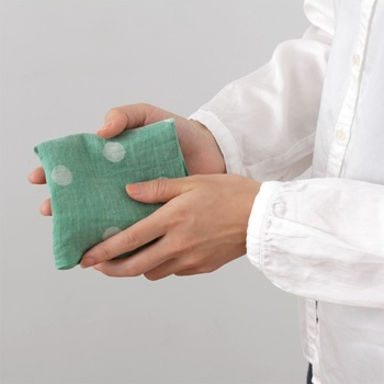 麻の風合いを活かしたジャカード織りのハンカチは、速乾性に優れているので暑い季節に積極的に使いたくなります。