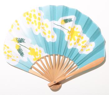 夏のキュートな装いをより魅力的に演出してくれそうな、めずらしい丸いデザインのオリジナル扇子。