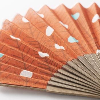 デザインは、伊藤若冲氏の「動植綵絵」の内の「老松白鳳図」を元にして、考案された「hakuhou-obane」。和の装いだけでなく、洋の装いにも似合いそう。