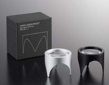 幅広いジャンルを手掛けるプロダクトデザイナー、秋田道夫氏がデザインしたルーペ。テーブルのような脚があるのが特徴です。小さいながらもこだわりのフォルムとクールなデザインはパパもきっと唸るはず。