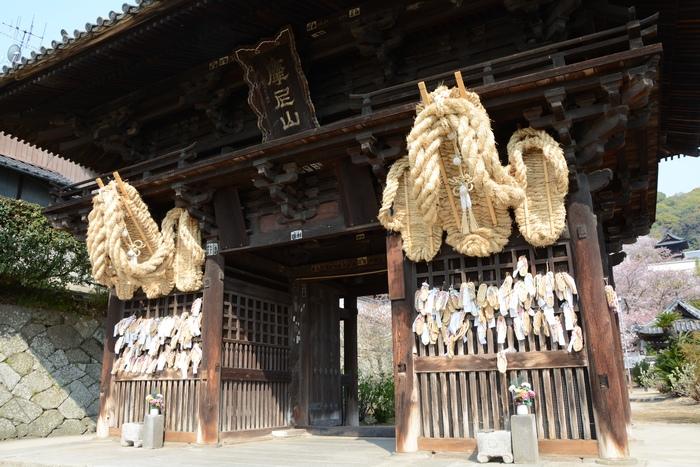 県の重要文化財に指定されている西國寺の「山門」。2mにも及ぶ巨大なわらじが吊るされているのが目印です。