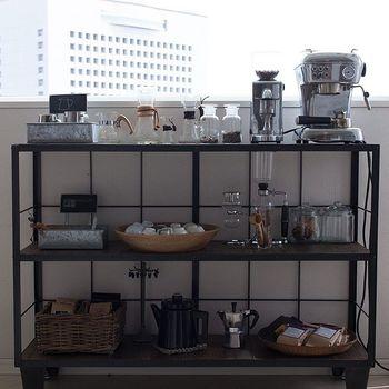 インスタグラムをはじめる以前から、コーヒーツールを集めるのが大好きだった弓庭さん。その一つ一つがまるでオブジェのように美しいのは、そこにcafenomaならではの基準があるから。「実用的かつ見た目も美しいもの」だけをセレクトして、本当に使うものだけを置くように心がけているそうです。