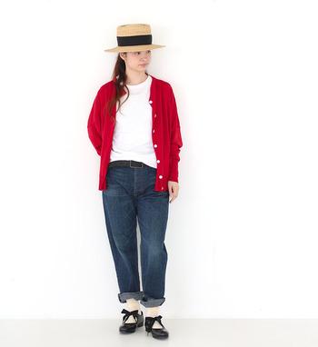 トリコロールコーデもデニム×Tシャツならカジュアルにさらっと着こなせます。  帽子で夏らしさ&日焼け対策を。