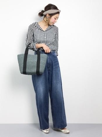 ジャストサイズのシャツには、ボリューミーなワイドパンツで上下のメリハリをきかせて。足元や胸元の肌見せで、重くなりすぎないようにバランスをとりましょう。