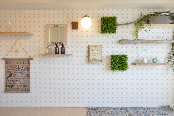 有孔ボードという穴の開いたボードを壁に貼り付けたら、棚や飾りをつけるのも簡単ですね。壁に穴をあけたくない賃貸のワンルームにはオススメです!