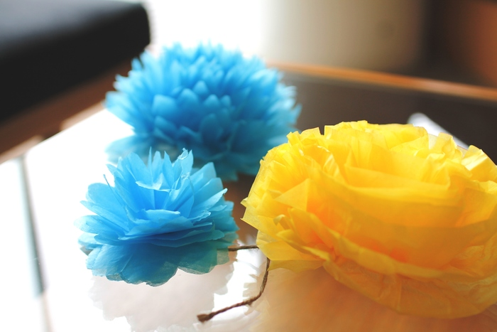 ペーパーポンポンだけじゃない♪お花紙を使ったふわふわ部屋飾りの作り方