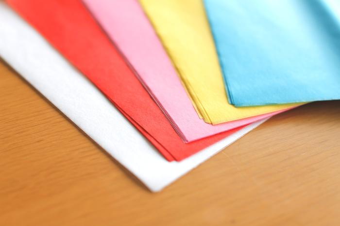 材料になるお花紙はイベント事などで紙花を作るのに使う薄い紙です。学校行事で見かける事が多いですよね。手に入りやすくて、色もカラフルなので便利な材料です。色つきの薄紙なら同じような作品が作れますので、お好きな包装紙や模様入りティッシュペーパーなども活用できます。  たかが紙と侮れない、万能な「お花紙」を使ったインテリアのアイディアと作り方をご紹介していきます。