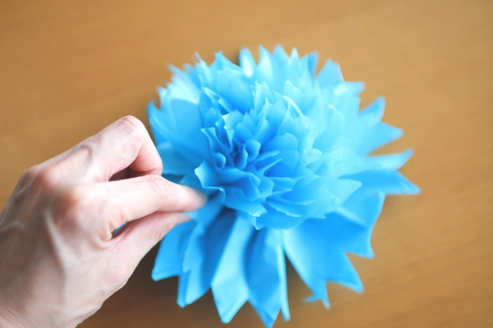 アコーディオンに畳んだ紙を引き出し、全体が丸くなるように形を整えたら完成です!