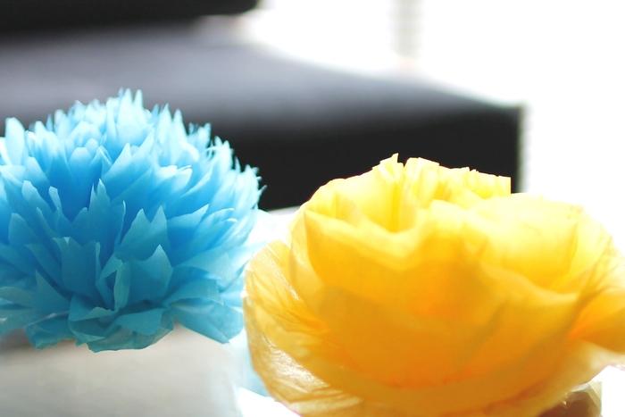 丸みをつけてカットすると丸く、ふんわりしたポンポンに♪三角にカットすればより花びららしい雰囲気になります。青いダリアの花みたいな可愛いポンポンはお部屋を華やかにしてくれますね。