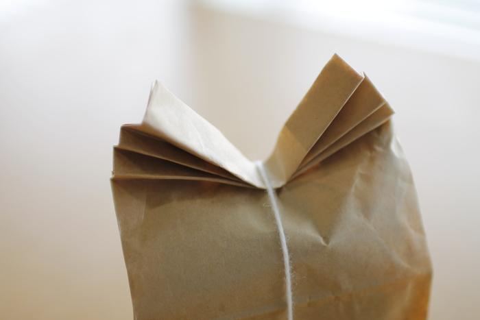 クラフト袋の口部分を丸めたりじゃばら折りにしたり…折り方によってもまた違った雰囲気になります。