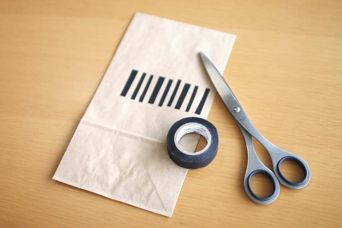 マスキングテープをペタペタと貼って柄を作れば、よりオリジナル性が高くなります。あえて不揃いにすることで、温もりのあるお洒落なラッピングに。スタンプを押してみるのもいいですね◎